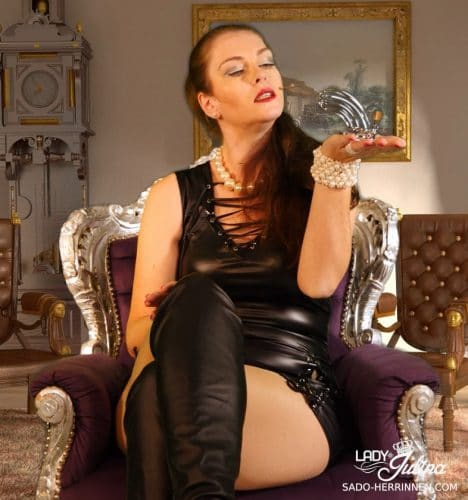 Domina Lady Julina mit Peniskäfig